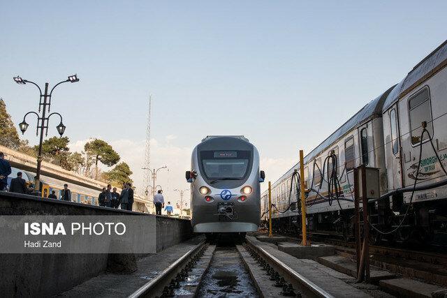 آغاز حرکت آزمایشی قطار دو طبقه تهران-همدان
